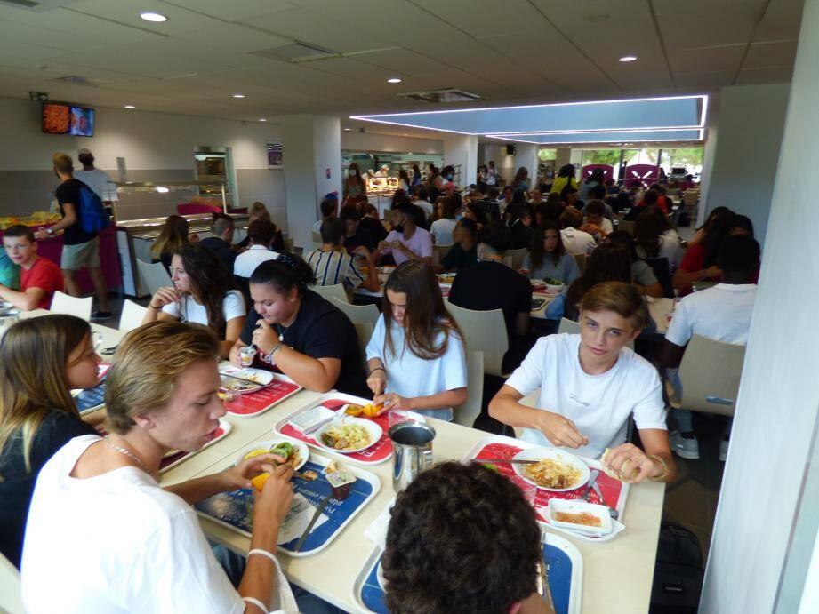 Manger avec qui on veut et s'installer où on veut: c'est fini pour l'instant à la cantine du lycée du Golfe où les élèves ne peuvent retirer leurs masques qu'une fois assis pour manger.