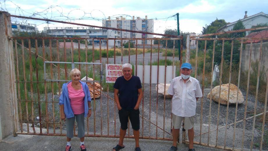 Josette Caluri, François Leca et Pierre Novelli, représentants des habitants du chemin de Moneiret, devant le terrain (ancien dépôt des bus) où l'office HLM prévoit de construire un immeuble de 77 logements.