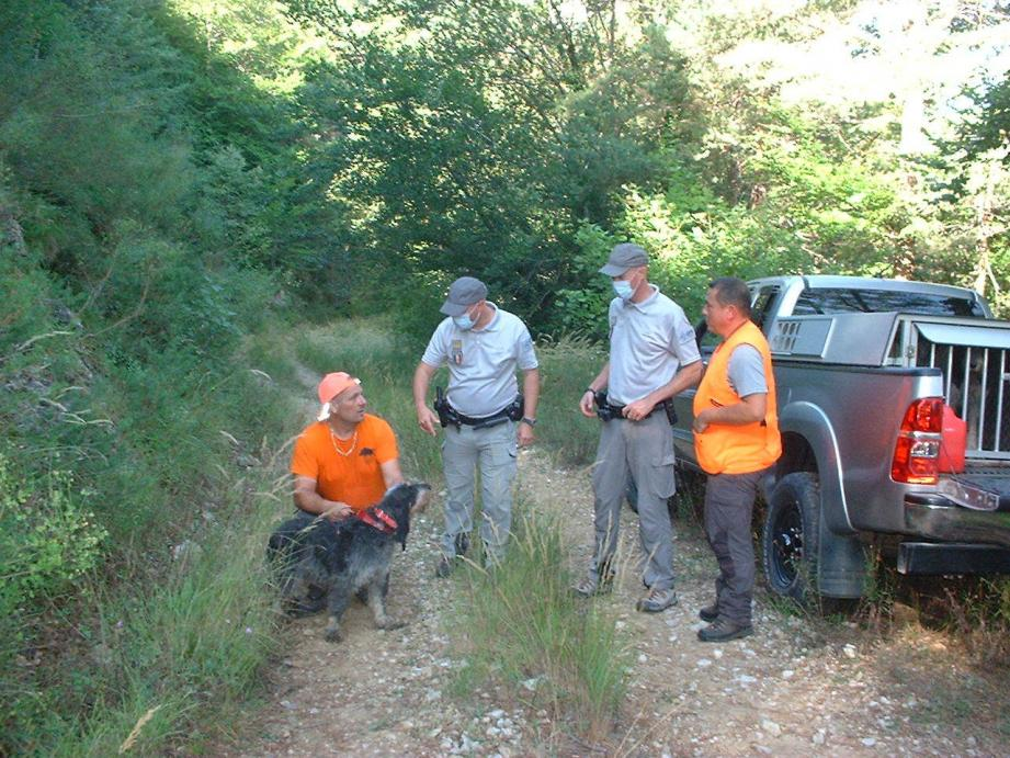 Les fonctionnaires accompagnés de deux policiers.