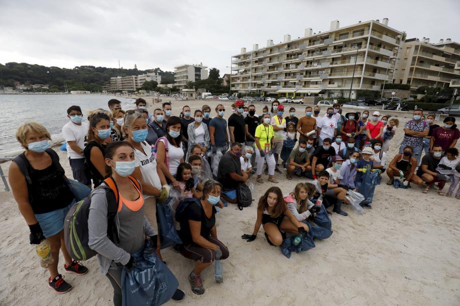 Une soixantaine de bénévoles se sont réunis à la plage de la Salis, hier matin.Grand nettoyage au programme.