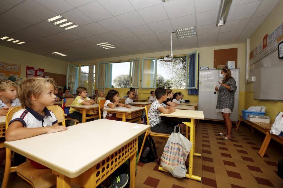 Pour les profs, apprendre aux enfants à lire et à écrire en portant un masque, c'est compliqué.