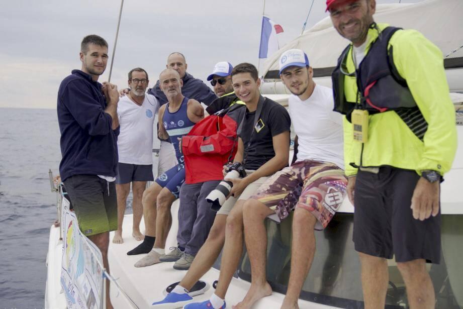 Thierry Corbalan (4e en partant de la gauche) multiplie les défis sportifs depuis des années. Prochaine étape, la sortie de son livre, L'homme devenu dauphin, fin octobre.