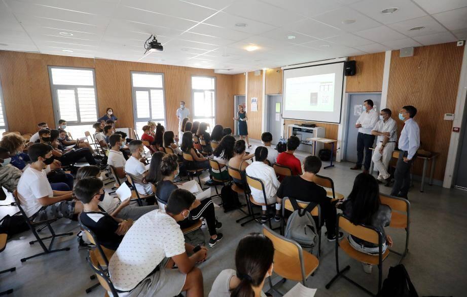 Des élèves en commerce et en GEA ont participé à la conférence animée par le président de l'association « Menton Sourire », Marc Jasset