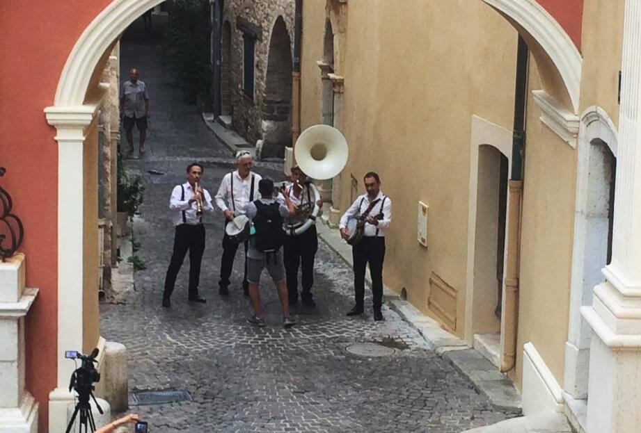 Le Warm up jazz band devant la caméra.