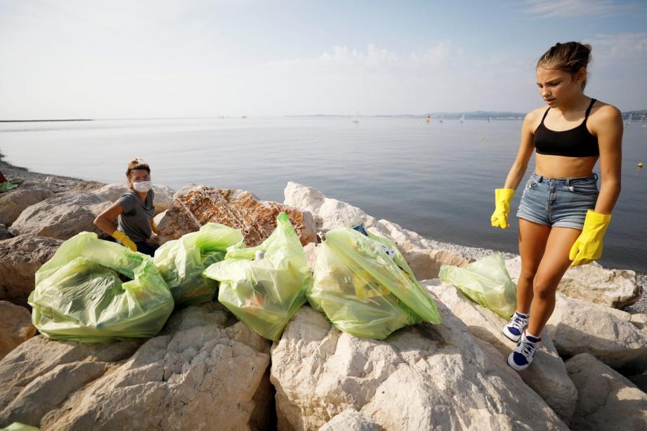Près d'une demi-tonne de déchets collectés sur le bord de mer aux abords du centre commercial. Dont une masse de bouteilles et de mégots.
