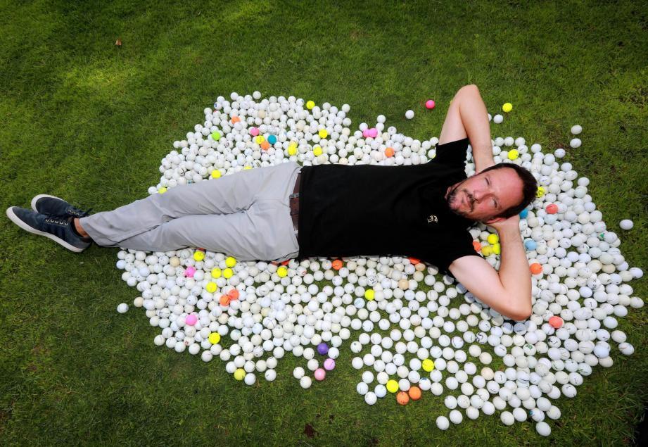 Jérôme fait le bonheur des golfeurs en mal de balles à moindre coût. Ici au practice de l'Oustau, chez son ami Martin Bidegain.
