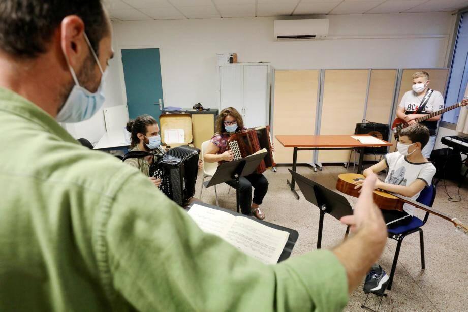"""Alexandre Ferrali ne désespère pas de voir venir à lui un joueur de """" cymbalum"""" (instrument horizontal à cordes frappées), pour parachever une certaine identité musicale."""