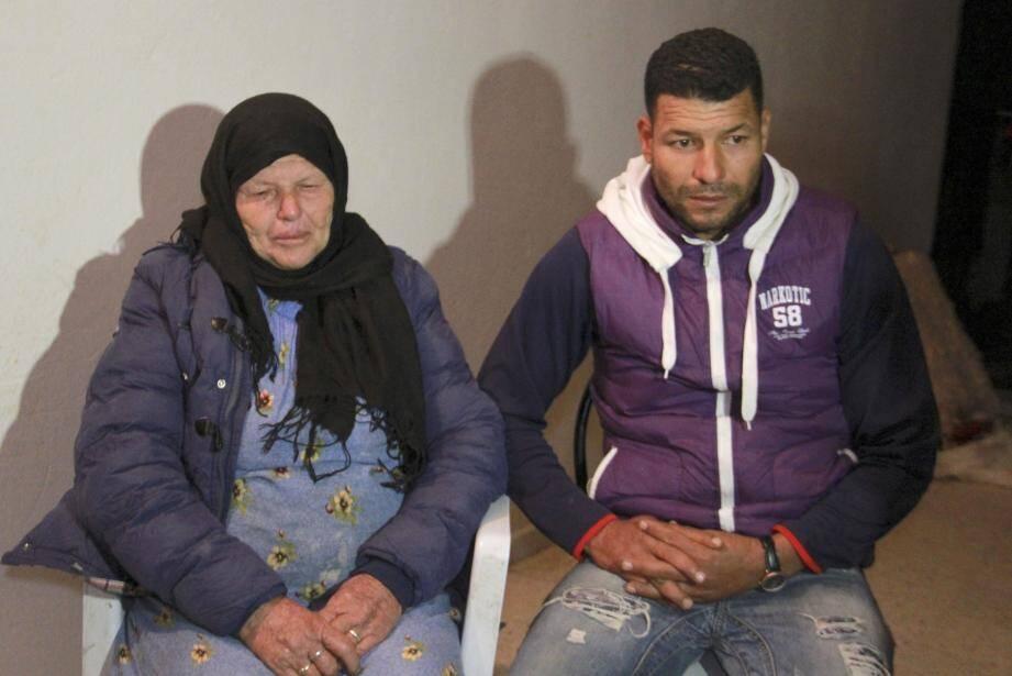 Kmar la mère du terroriste, et Yacine, son frère.