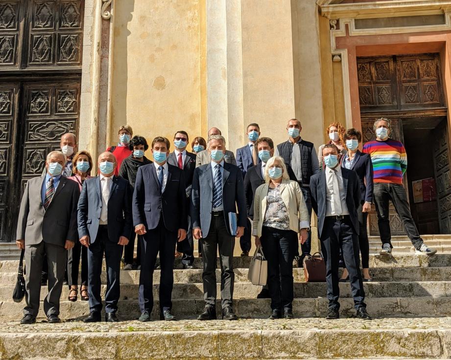 Hier matin, tous les acteurs du projet des « Escapades Baroques », devant la Cathédrale Saint-Michel de Sospel.