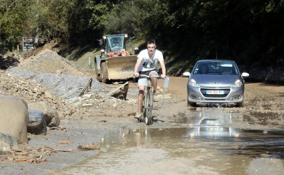 De l'audace chez ce cycliste malgré l'état de la route de la Tinée.