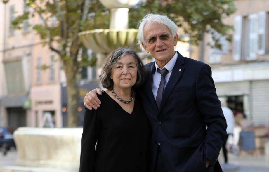Gérard Mourou en compagnie de son épouse, Marcelle, sur la place Carami, le 7 octobre dernier.