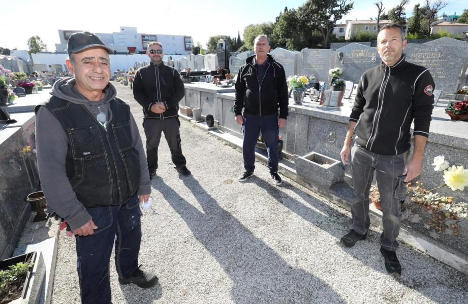 Même si Ludovic Donnascosa (au fond à gauche), sait que la période de la Toussaint est celle où les cimetières sont le plus fréquentés, il avoue que cela ne bouscule en rien le travail de son équipe.