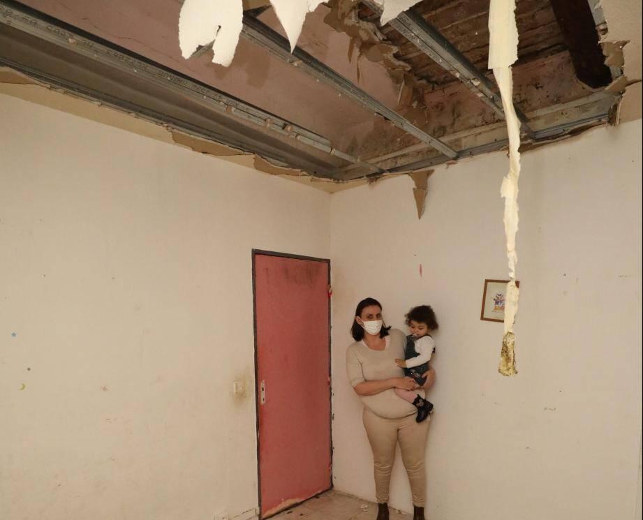Dans la chambre parentale, une partie du plafond s'est effondrée.