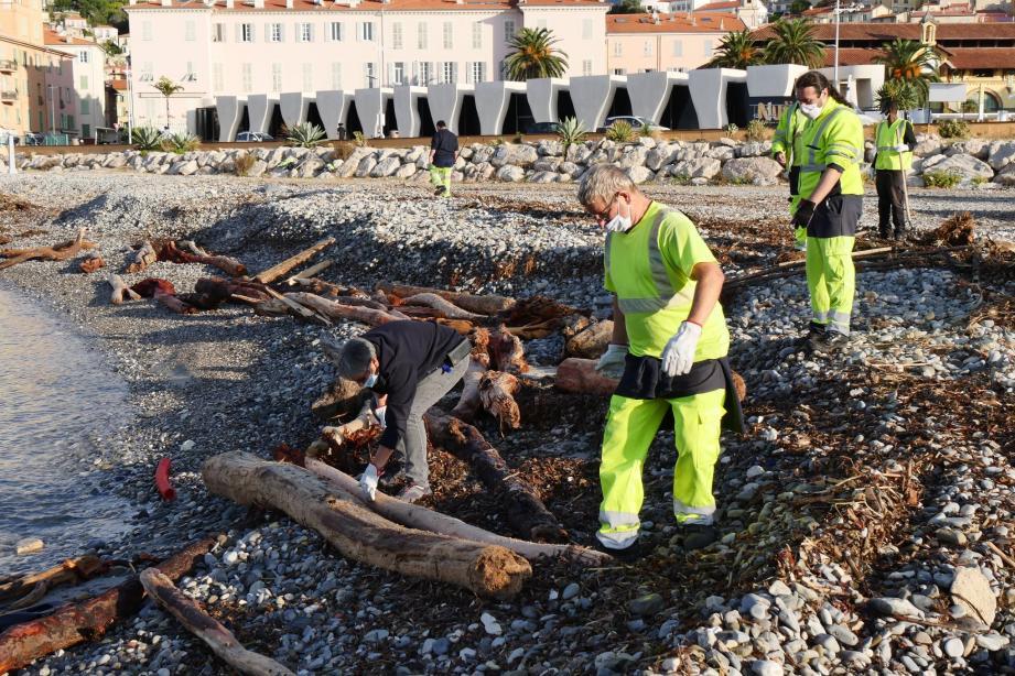 Le nettoyage est effectué manuellement afin d'opérer le tri des déchets sur place.