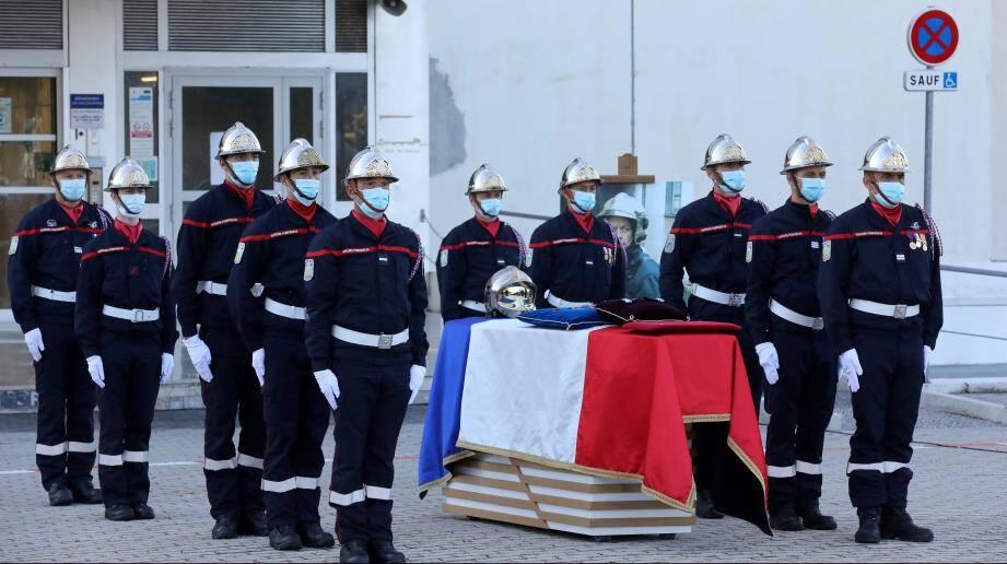 Les camarades endeuillés de Bruno Kohlhuber ont porté son cercueil drapé de bleu-blanc-rouge.