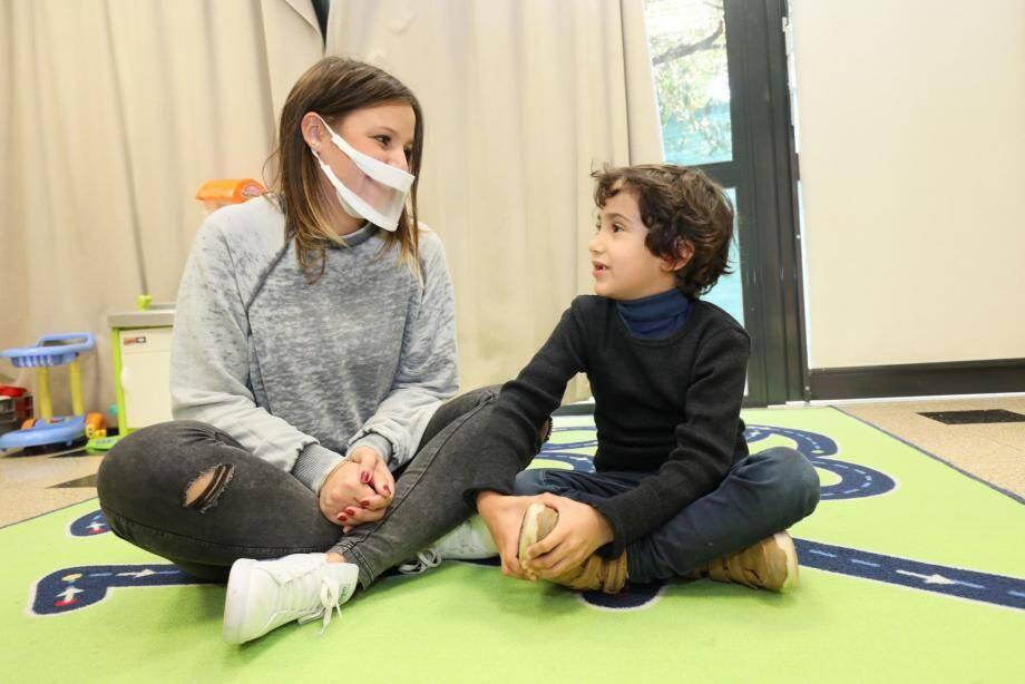 À l'école de Bocca centre, Ethan, 5 ans et demi, peut à nouveau apercevoir les lèvres - et le sourire - de Cassandra Pasciutti, la responsable animation. Un soulagement non négligeable pour ce petit bonhomme, malentendant...