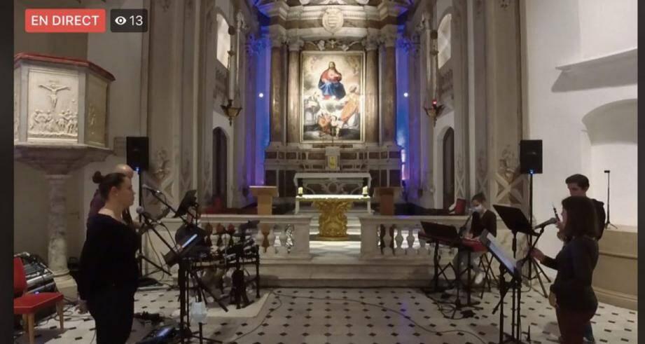 Seuls dans la chapelle, ces jeunes partagent un moment de prières chantées, sur des musiques modernes, diffusées en live sur les réseaux sociaux.