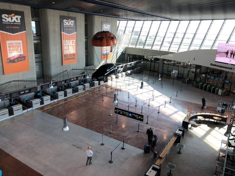 Retour vers un aéroport complètement vide, comme ici au terminal 2 en mars dernier? Pas encore, mais la tendance s'en approche...