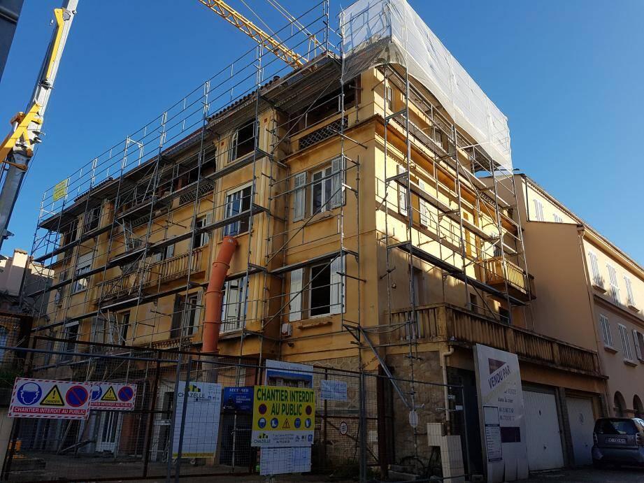 Le Sole mio est en plein chantier. Au rez-de-chaussée, les garages ont déjà laissé leur place à des baies vitrées dans l'optique de création de logements supplémentaires.