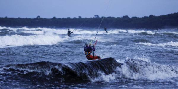 Des kite surfeurs profitent de l'allègement du confinement à Cannes.