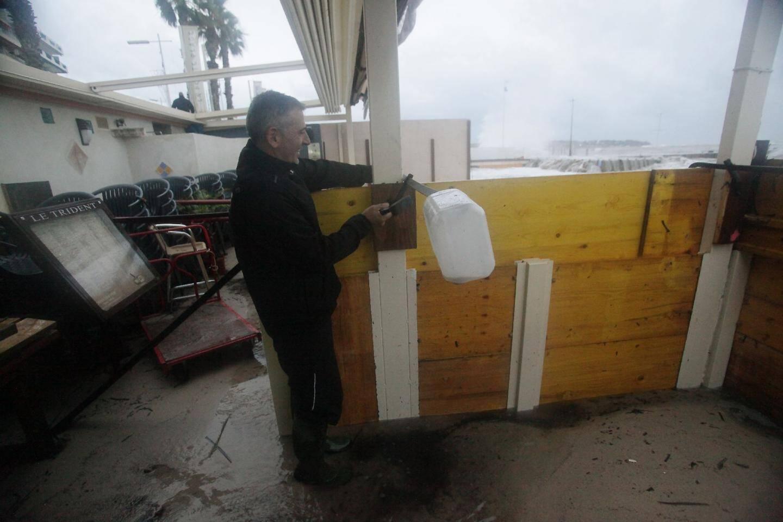 C'est casqués et encordés que le personnel et les responsables de Vallauris Plage ont essayé de protéger leur établissement. Grace à leurs efforts, les locaux ont tenu bon. Mais la terrasse a été emportée par les eaux.(Photo A.P.)