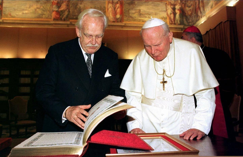 Le 19 décembre 1997, le prince Rainier auprès de Jean-Paul II.