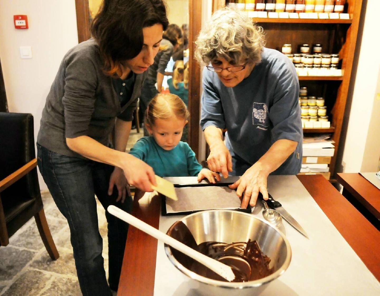 Camille et Lilie, apprenties chocolatières po - 20606984.jpg