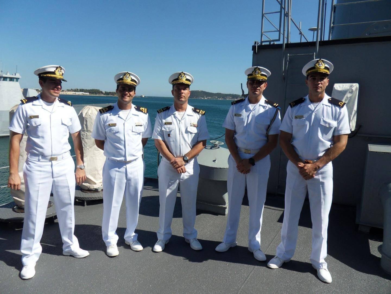 Cinq élèves officiers, dont le lieutenant de vaisseau Junior Nascimento (second à gauche), qui nous a guidés sur le navire.