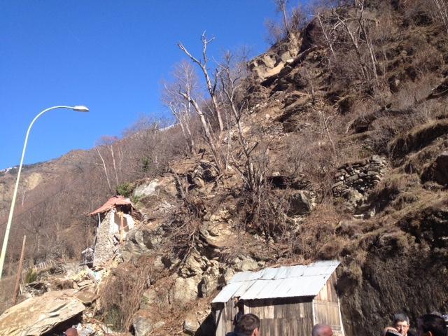 Plusieurs rochers se sont effondrés sur un chalet d'habitation de trois étages.