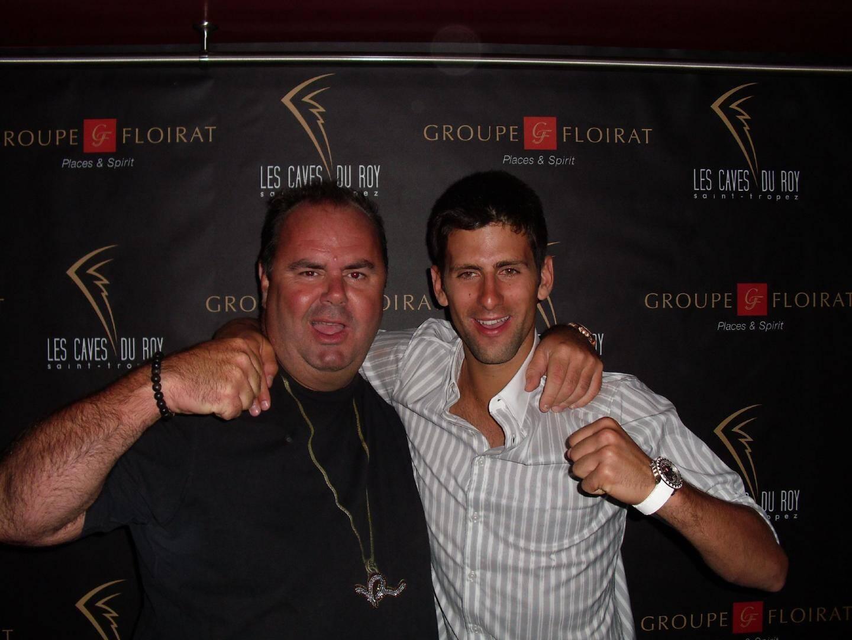 Quand le tennisman Novak Djokovic retrouve son DJ préféré, il aime serrer le poing très fort.