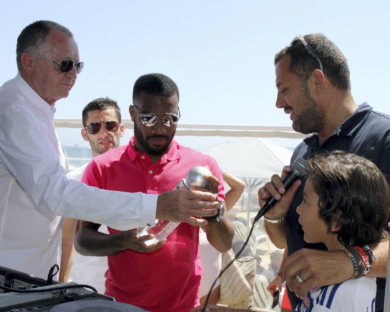 Alexandre Lacazette félicité : il reçoit le trophée de meilleur joueur de la saison de Ligue 1 des mains de Christophe Coutal, sous le regard du président Jean-Michel Aulas et de son capitaine Maxime Gonalons.