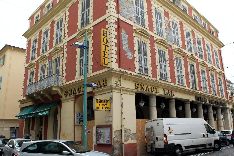 """L'hôtel """"Les Arcades""""."""