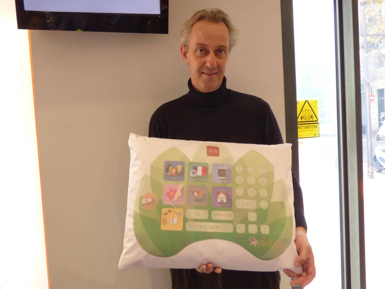 Alain Tixier, président de Spin-Off/Fingertips, présent Viktor, un coussin relationnel.