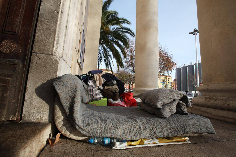 Faute de place pour les accueillir d'urgence, les femmes avec enfants sont de plus en plus nombreuses à vivre dans la rue.
