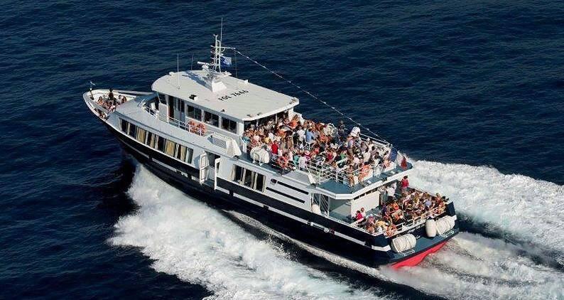 La liaison Cannes/Saint-Tropez est assurée cinq mois par an.