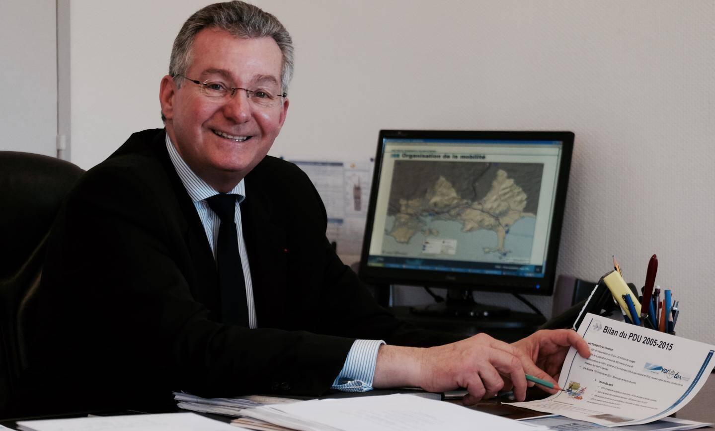Yannick Chenevard, vice-président de TPM chargé des transports, planche sur le nouveau Plan de déplacement urbain (PDU) en vue d'accueillir un BHNS à Toulon.