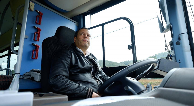 """Pour Kamel, chauffeur depuis deux ans, """"tout le monde utilise le bus dans la joie et la bonne humeur""""."""