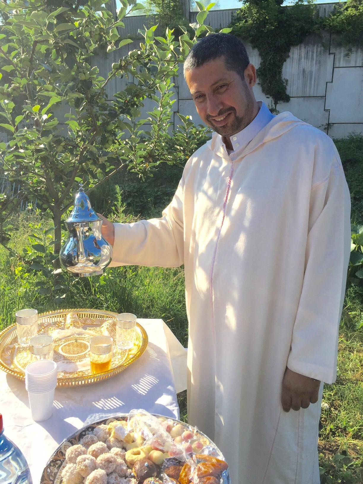 Belkacem Bougroun, président de l'association des musulmans du bassin cannois sert le thé.