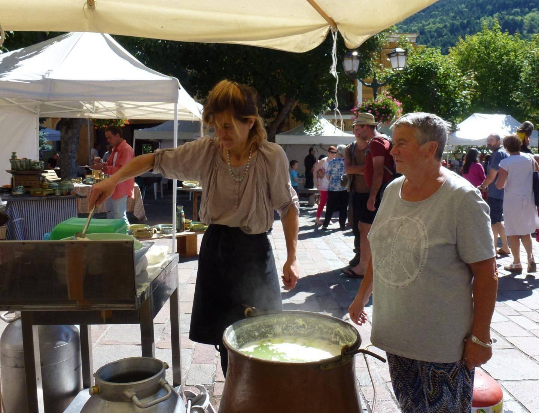 Solange Pelissero et son fromage tendasque : avec le bon pain du stand voisin, elle a proposé dégustations et tartines.