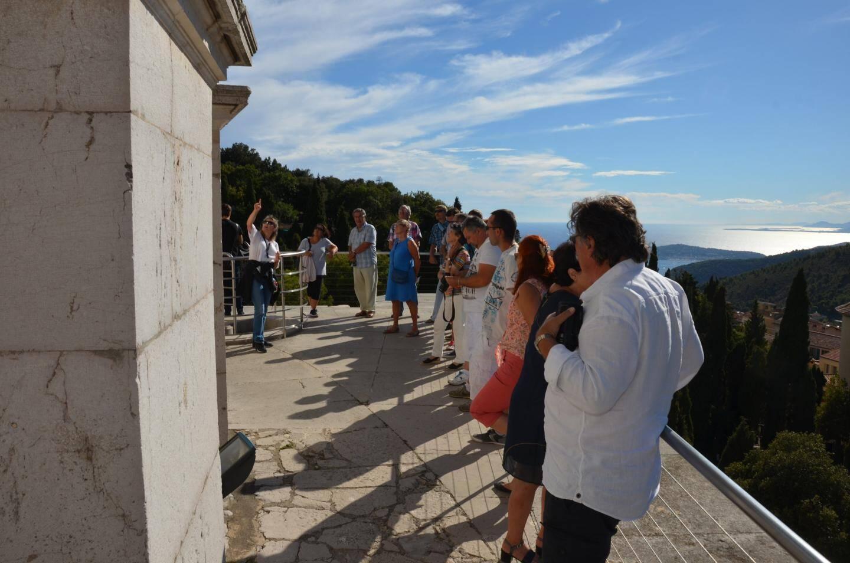 En haut du trophée, vue panoramique époustouflante : des visiteurs récompensés d'avoir gravi les marches !