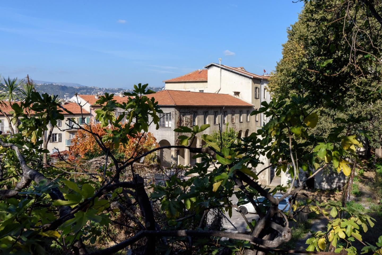 Depuis le jardin on aperçoit l'aile la plus récente reconstruite après la Seconde Guerre Mondiale.
