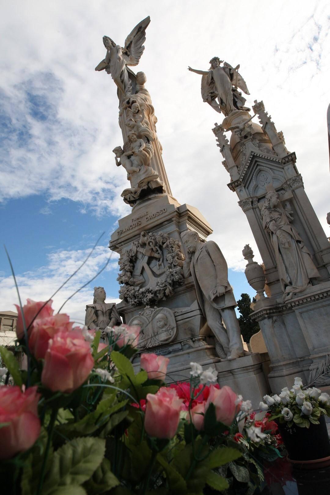 Le monument funéraire de François Grosso avec la statue de l'ange dominant Nice, est sans nul doute le plus célèbre de ce cimetière.