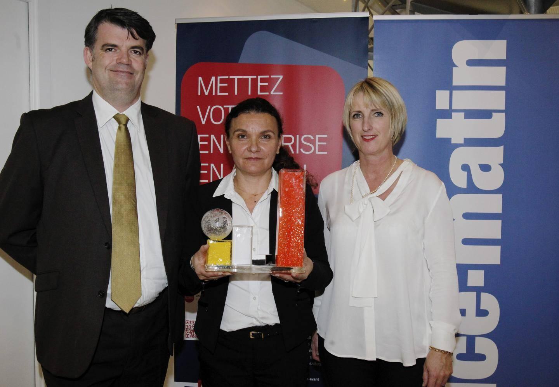 Marie-Hélène Marcelli, directrice de Carestia, a reçu le trophée des mains d'Isabelle Lefebvre (CECAZ) et Frédéric Crepy (EDF).