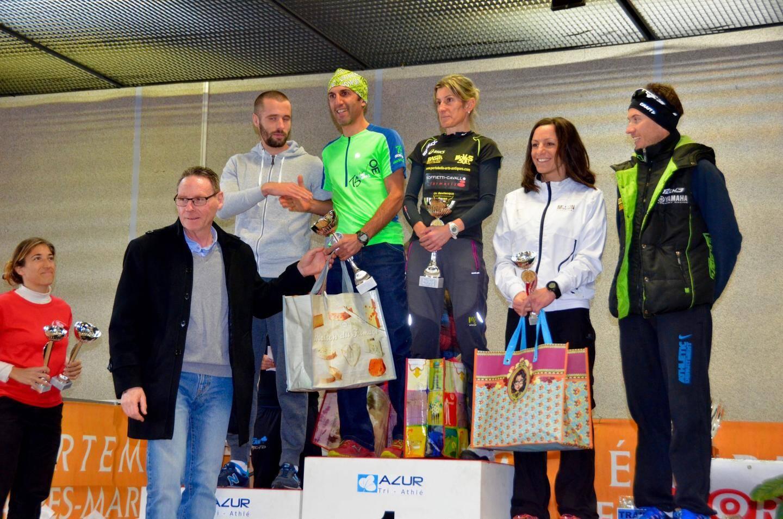 La remise de coupes par le maire, lors du podium des 20 km.