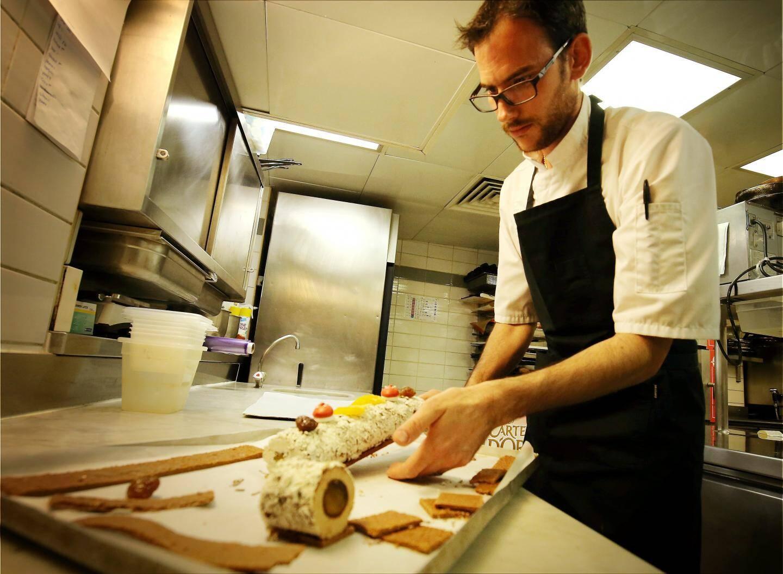 Le pâtissier de la SBM prépare 23 de ces bûches chaque soir. Un travail de titan.