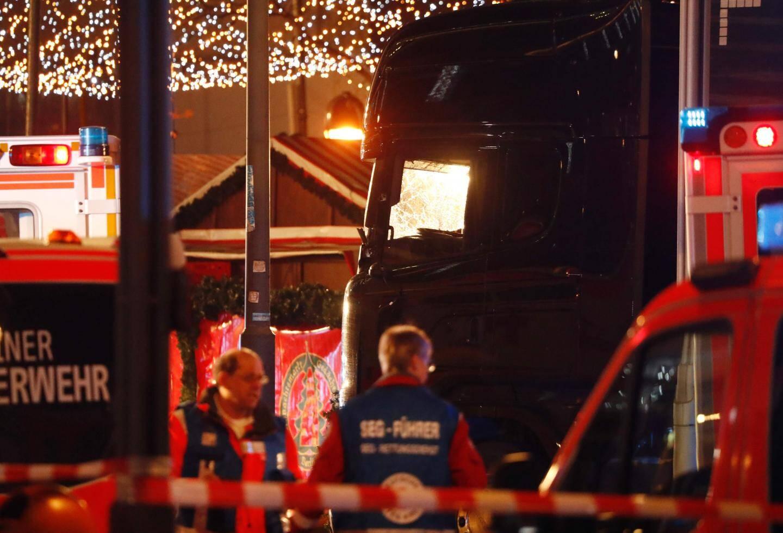 Les policiers et les pompiers ont évacué les blessés.