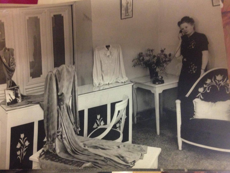 Sur le comptoir de la boutique, la photo de Michèle Morgan, que l'actrice a pris soin de dédicacer. Et la patronne, Berthe, prend la pose au téléphone...