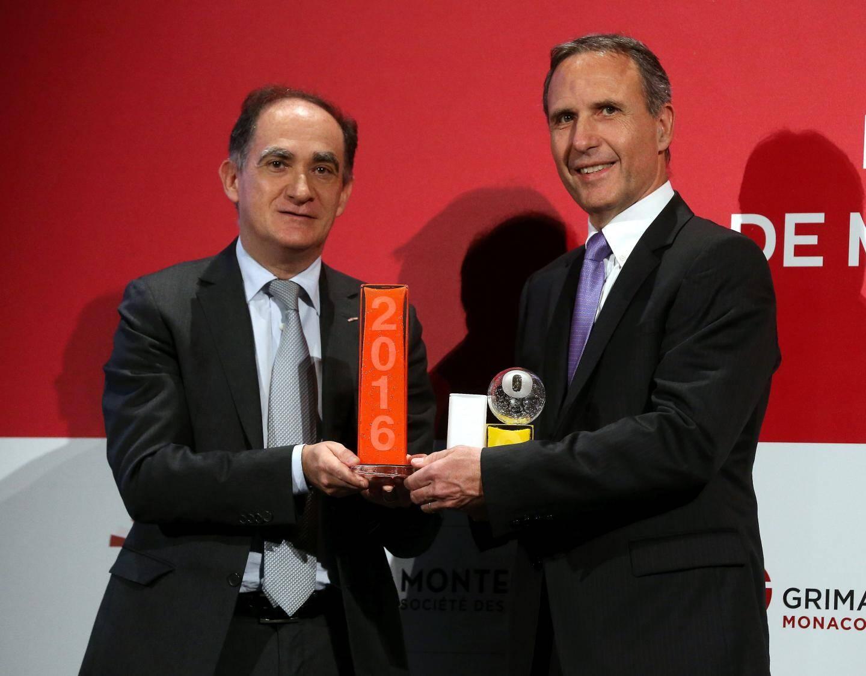 Le P.-D.G. de Conti a reçu le trophée des mains de Jean Castellini, conseiller de gouvernement-ministre des Finances et de l'Économie.