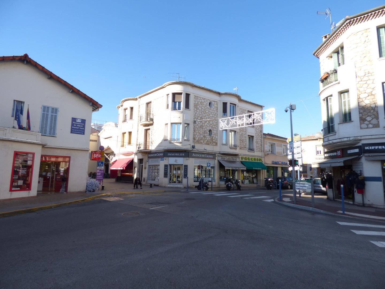 Comment améliorer la visibilité de la cité marchande (ici, rue Giacosa) ?