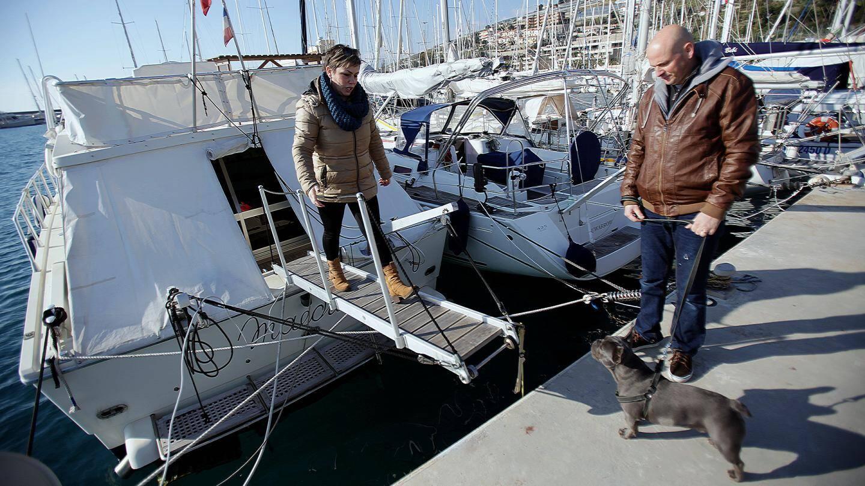 Aline et Paul-Henri habitent avec leurs deux fils sur un bateau, à Santo Stefano al mare